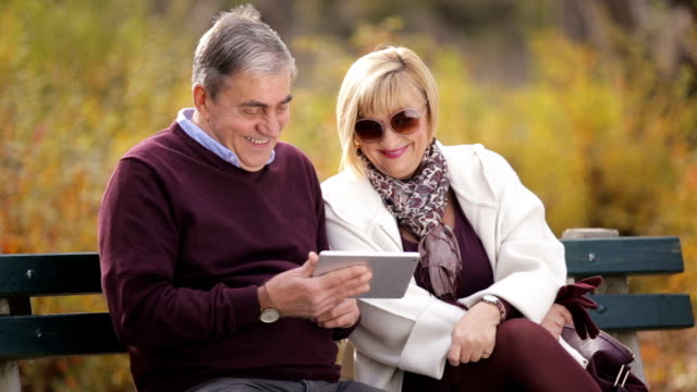 vídeos de stock, filmes e b-roll de três pessoas usando tablet - banco assento