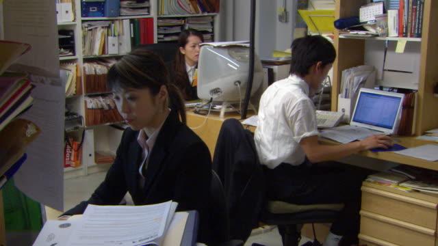 ms, three people working in office - 忙しい点の映像素材/bロール