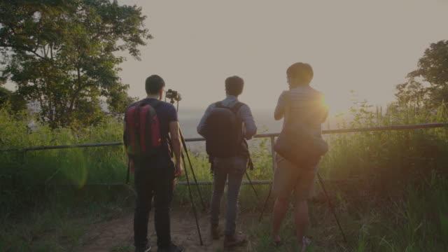 drei fotografen schießen sonnenaufgang video zeitraffer der stadt chiang mai morgens - provinz chiang mai stock-videos und b-roll-filmmaterial