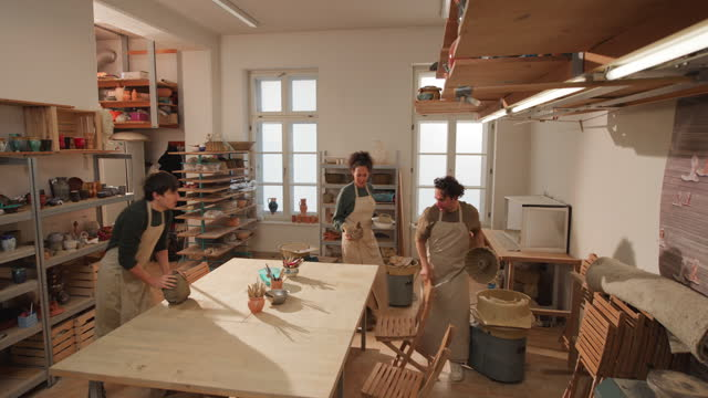 vídeos de stock e filmes b-roll de cs three potters coming into the pottery studio - só adultos