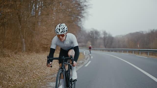 drei rennradfahrer rasen auf landstraße - schutzbrille stock-videos und b-roll-filmmaterial