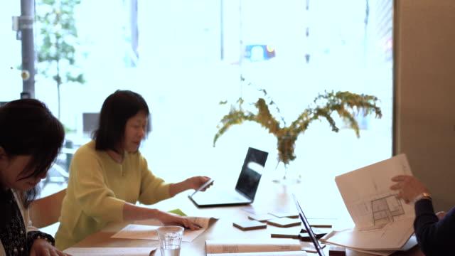 three senior women are having a business meeting - 談笑する点の映像素材/bロール