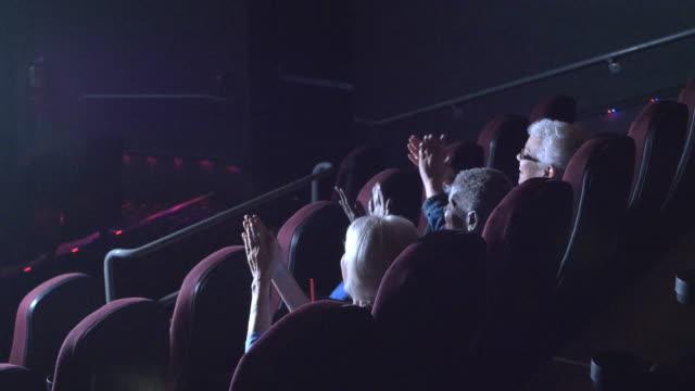 3 年配の女性映画、コメディを見て拍手 - 席点の映像素材/bロール