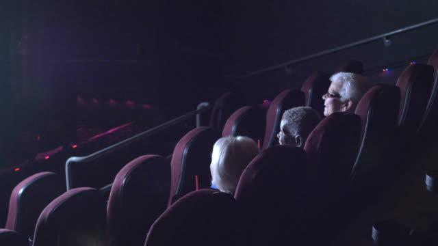 コメディ映画を見て映画で 3 人のシニア女性 - 席点の映像素材/bロール