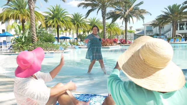 vídeos y material grabado en eventos de stock de tres mujeres mayores de vacaciones, desfile de moda - paso largo