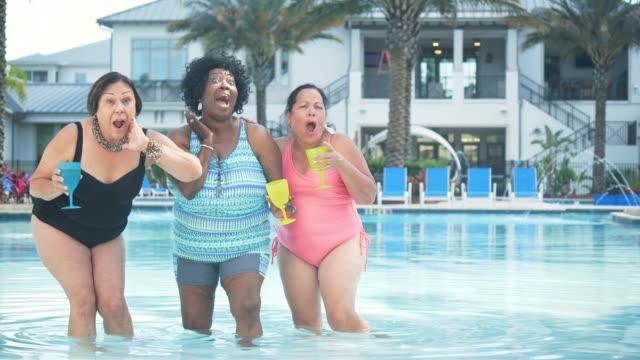 drei seniorinnen im gemeinsamen urlaub, im pool - three people stock-videos und b-roll-filmmaterial