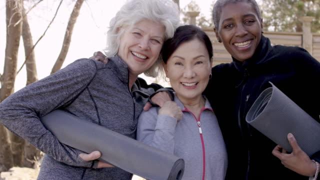 vídeos de stock, filmes e b-roll de três mulheres sênior que gastam o tempo junto - testamento
