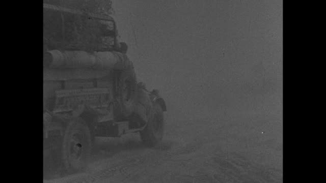 vídeos de stock, filmes e b-roll de three shots of allied soldiers in sandstorm / armored vehicle tank and truck driving through sandstorm / three shots of large number of italian... - carro blindado