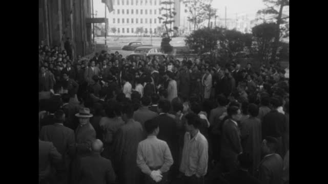 vídeos de stock, filmes e b-roll de three shots of crowd gathered around group of brides in front of building / official speaking into microphones held by two reporters / shot from... - papel em casamento