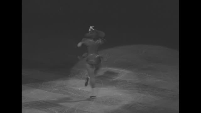 vidéos et rushes de three shots of female skaters dressed as marines performing routine on ice in madison square garden / two shots of man skating on stilts / two shots... - ventriloque