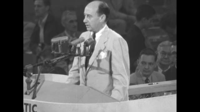 vidéos et rushes de three shots of governor adlai stevenson democratic party nominee for president standing at podium introducing senator john sparkman the party's... - adlai stevenson