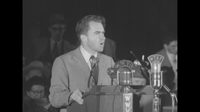 vidéos et rushes de three shots of republican party presidential candidate richard nixon standing at podium giving speech praising his running mate, presidential... - richard nixon