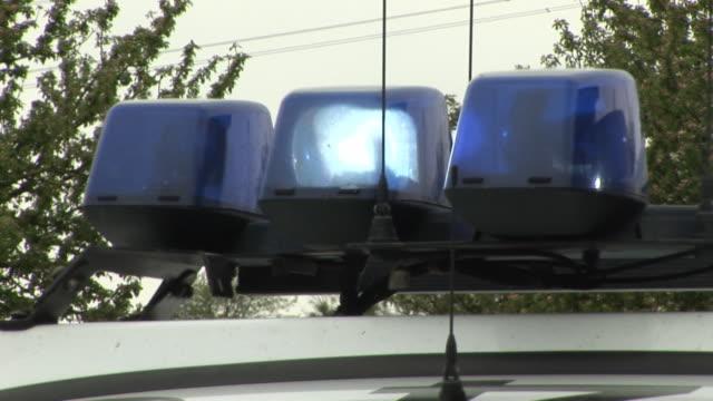 drei sirenen blinken auf polizei auto - feuerwehr hinweisschild stock-videos und b-roll-filmmaterial