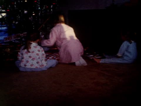 vidéos et rushes de three sisters open gifts on christmas morning. - soeur