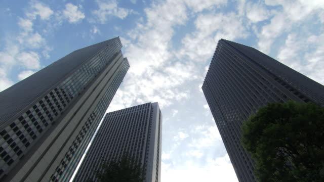 vídeos de stock e filmes b-roll de three skyscrapers - bairro de shinjuku