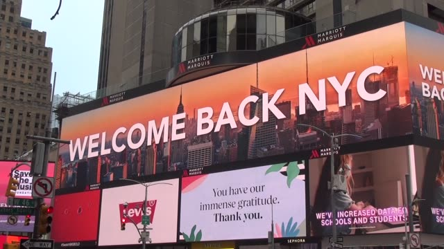 vidéos et rushes de three story billboard is largest in times square - salmini