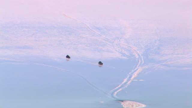 ws three suvs driving on salar de uyuni / daniel campos, potosi, bolivia - ウユニ塩湖点の映像素材/bロール