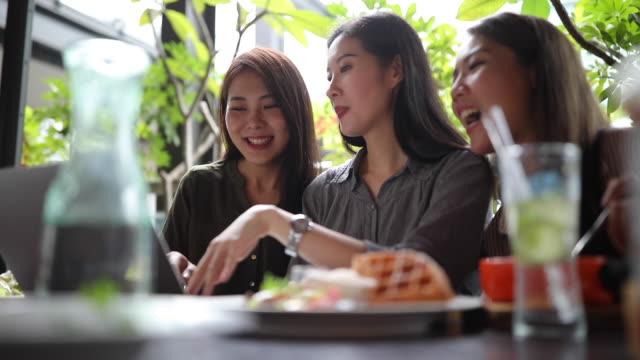 昼休みにノートパソコンを使用して3台湾の女性の友人 - 美しい人点の映像素材/bロール