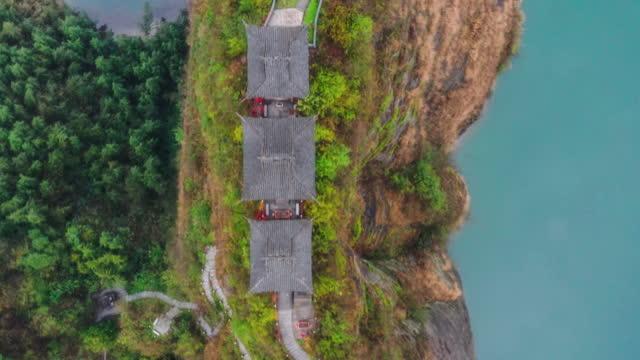 vidéos et rushes de trois temples taoïstes se tiennent sur l'île de falaise dans la rivière - monument