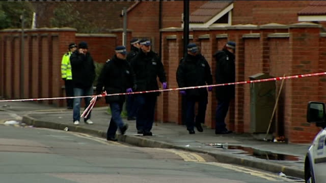 vidéos et rushes de three teenagers found guilty of murdering paul erhahon / knife crime epidemic; london: police officers along behind tape in cordoned off area... - malfaiteur