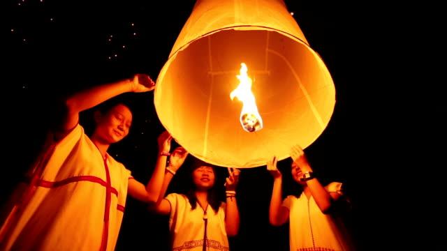 Three Traditional Girls release floating lantern