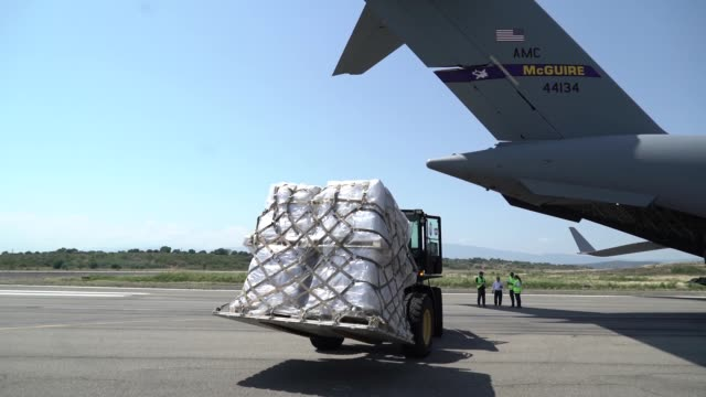 three us air force c17 globemaster iii's deliver humanitarian aid from homestead air reserve base fl to cucuta colombia february 16 2019 the mission... - südamerika stock-videos und b-roll-filmmaterial