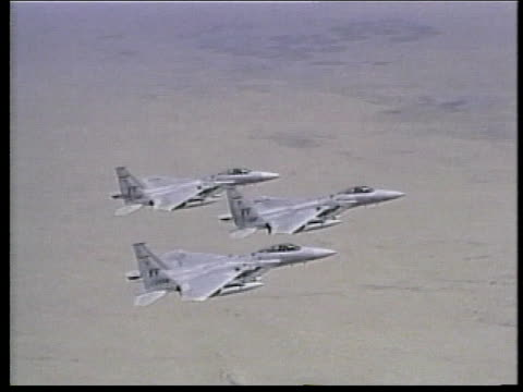 ms three us air force jet fighters in flight / persian gulf - formationsfliegen stock-videos und b-roll-filmmaterial