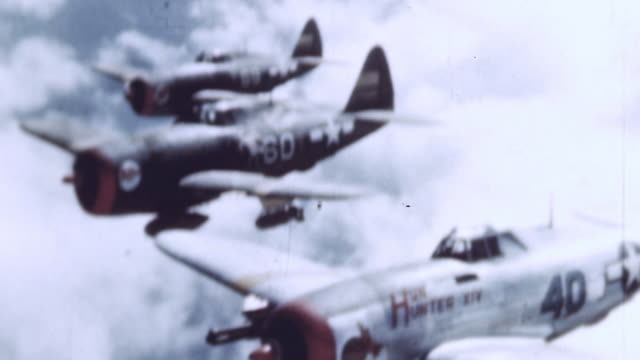 vídeos de stock, filmes e b-roll de three us p47 thunderbolts including 'hun hunter iv' flying in formation and banking to the left during wwii - um do lado do outro