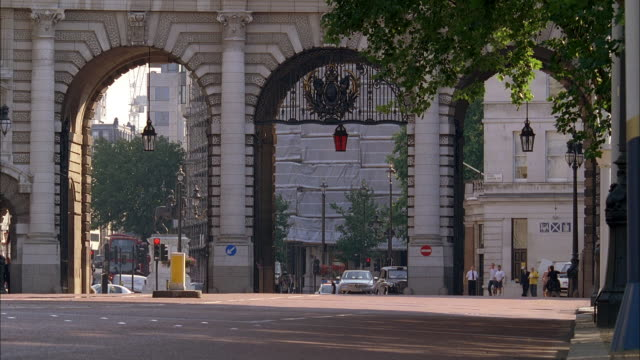 ws three vehicles accelerating through admiralty arch and weaving on the mall / london, england, united kingdom - pursuit concept stock videos and b-roll footage