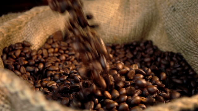 3 つのビデオの落ちるコーヒー豆本物のスローモーション - 平豆点の映像素材/bロール
