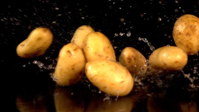 vídeos y material grabado en eventos de stock de tres vídeos de caída de papas en reales en cámara lenta - potasio