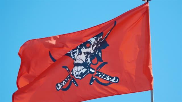 drei videos von red piratenflagge in 4 k - computerhacker stock-videos und b-roll-filmmaterial