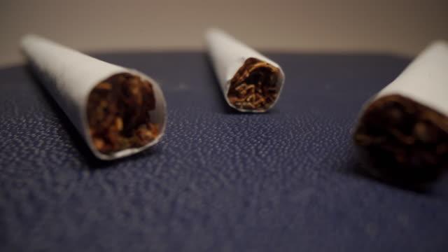 vidéos et rushes de trois cigarettes blanches - poumon humain
