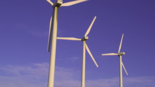 vídeos de stock, filmes e b-roll de ms, three wind turbines against clear sky, north palm springs, california, usa - grupo pequeno de objetos