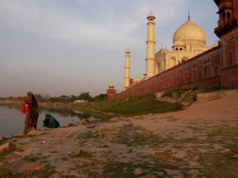 ws, three women at yamuna river, taj mahal in background, agra, india - stilrichtung des 17. jahrhunderts stock-videos und b-roll-filmmaterial