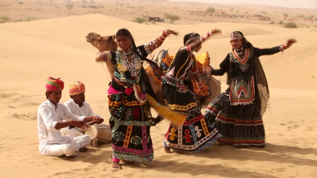 three women dancing on desert, sam desert, jaisalmer, rajasthan, india - arbeitstier stock-videos und b-roll-filmmaterial