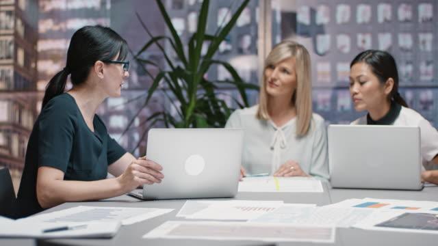 Drie vrouwen tijdens hun bijeenkomst in de gespreksruimte