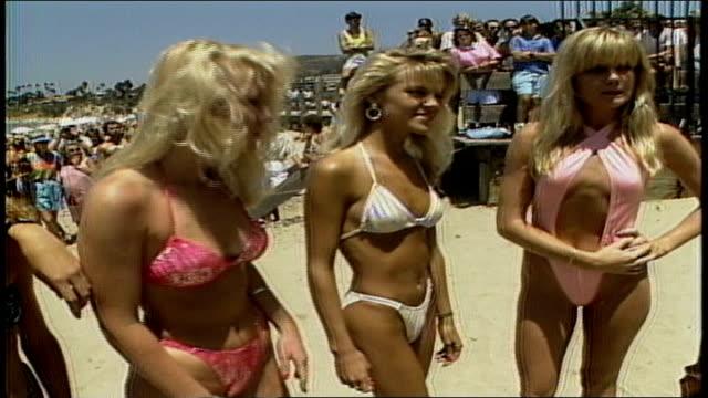 vídeos de stock e filmes b-roll de three women modeling bikinis - biquíni