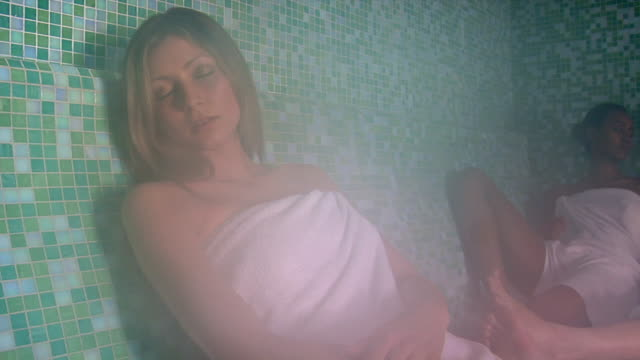 vidéos et rushes de ms pan three women relaxing in sauna / norcia, italy  - sauna