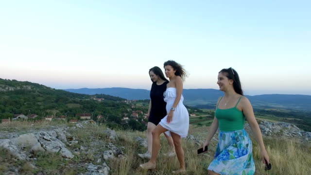 Drie vrouwen lopen. Slow-motion.