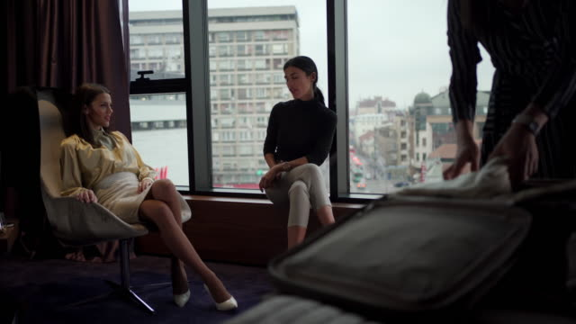 3人の若い美しいビジネスウーマンが出張を始める - 座る点の映像素材/bロール