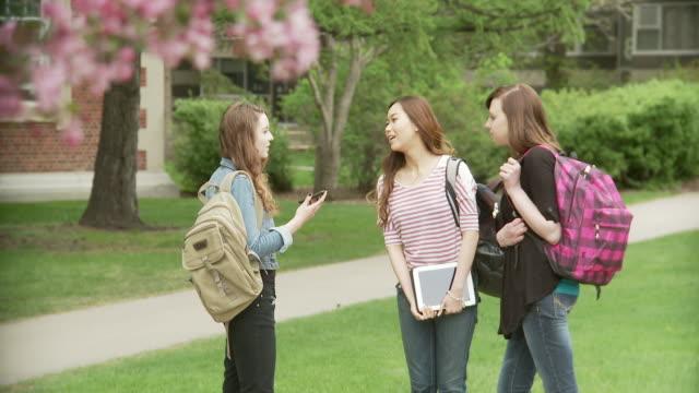 Drei junge Frauen auf dem campus