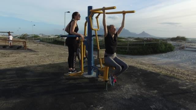 3人の若い女性が一緒に運動します。 - テーブルマウンテン国立公園点の映像素材/bロール