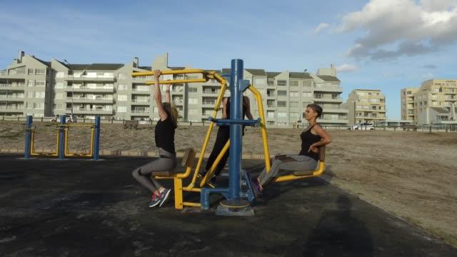 stockvideo's en b-roll-footage met drie jonge vrouw samen te oefenen. - oefeningen met lichaamsgewicht