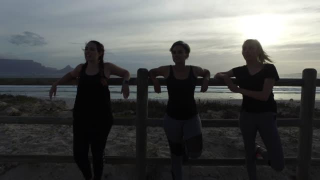 vídeos y material grabado en eventos de stock de tres mujeres jóvenes ejercitándose juntas. - corredora de footing