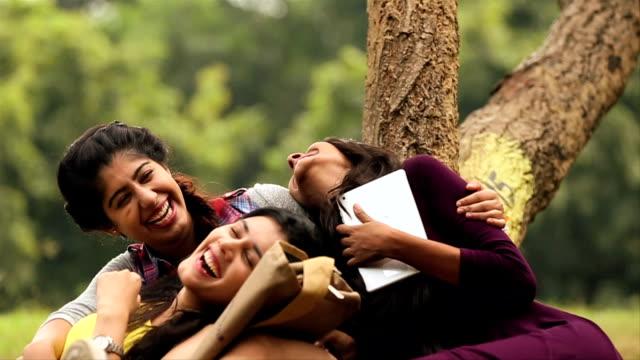 vídeos de stock, filmes e b-roll de three young women enjoying in the park, delhi, india - estudante universitária