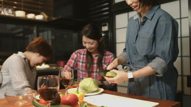 キッチンで食事を準備する 3 人の若い女性 - ディナーパーティー点の映像素材/bロール