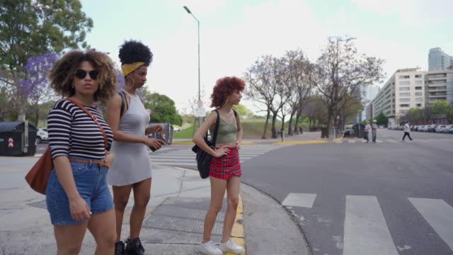 drei junge frauen zu fuß im freien - überqueren stock-videos und b-roll-filmmaterial