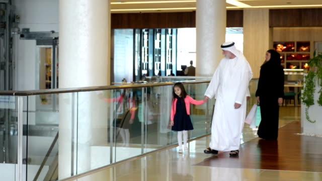 drei generation familie im einkaufszentrum der emirate - nahöstlicher abstammung stock-videos und b-roll-filmmaterial