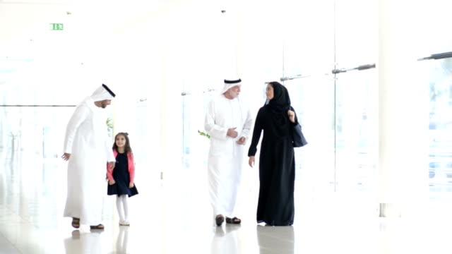 Trois générations de la famille dans le centre commercial émirati